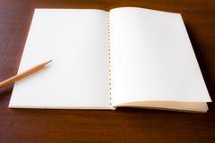 关闭铅笔和笔记本 图库摄影