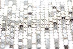 关闭银色闪光金属片的纺织品纹理 库存图片