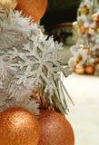关闭银色闪烁雪花和桃红色金子球形的圣诞节装饰品 库存图片