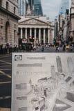 关闭银行连接点金属地图在周年纪念走道,伦敦,英国的 库存图片