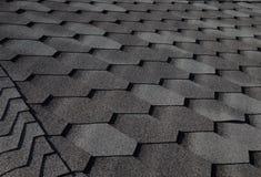 关闭铺磁砖的屋顶的片段 选择聚焦 免版税库存图片
