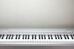 关闭锁上钢琴 接近的前面看法 库存图片