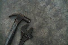 关闭锤子和活动扳手 库存照片
