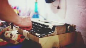 关闭键入在一台古板的打字机的键盘的男性手指 1920x1080 股票视频