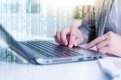 关闭键入在便携式计算机上的商人 免版税库存照片