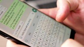 关闭键入在智能手机屏幕上的人手文本 影视素材