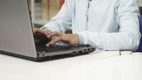 关闭键入在膝上型计算机的一个相当小亚裔女孩 影视素材
