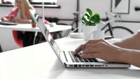 关闭键入在膝上型计算机键盘20s 4k的人手 股票录像