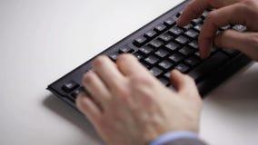 关闭键入在键盘的商人手 股票录像