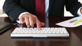 关闭键入在键盘的商人手