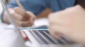 关闭键入的手在教室/办公室 股票视频