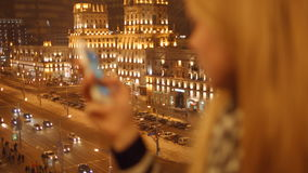 关闭键入sms的女孩手移动图片电话 4K 30fps ProRes 股票录像