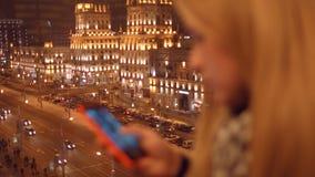 关闭键入sms的女孩手移动图片电话 4K 30fps ProRes 影视素材