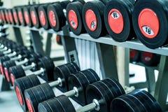 关闭镀铬物哑铃的图象在健身房的 库存照片