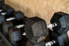 关闭镀铬物哑铃的图象在健身房的 免版税库存图片