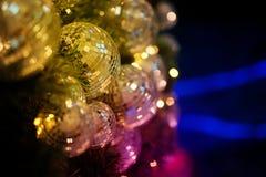 关闭镜子球或圣诞节球对装饰圣诞节节日的有bokeh五颜六色的背景 库存图片