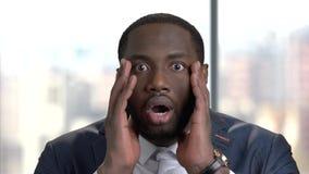 关闭震惊深色皮肤的商人的面孔 股票录像