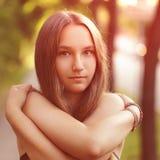 关闭青少年的女孩画象以赤裸 免版税库存照片