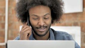 关闭非洲人谈话在电话 股票视频