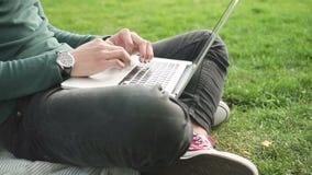 关闭非洲大学生冲浪的互联网的手坐草 股票视频