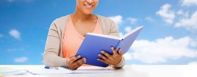 关闭非洲学生女孩读书课本 库存照片