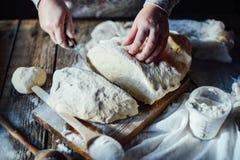 关闭面包师揉的面团看法  自创的面包 前手 免版税图库摄影