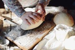 关闭面包师揉的面团看法  自创的面包 前手 库存照片