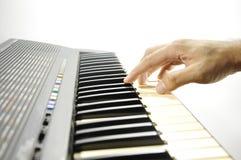 关闭音乐家戏剧经典之作钢琴的手 库存图片