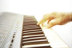 关闭音乐家戏剧经典之作钢琴的手 库存照片