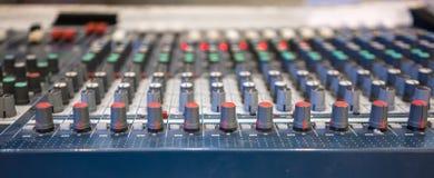 关闭音乐搅拌器搅拌器控制soun的调平器控制台 免版税库存图片