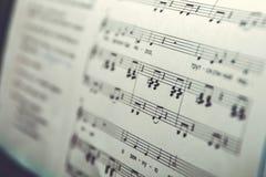 关闭音乐比分背景:钢琴笔记 免版税库存照片
