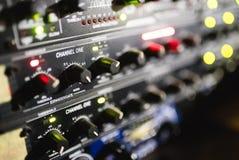 关闭音频搅拌器英尺长度  在音乐会的合理的控制板 免版税库存照片