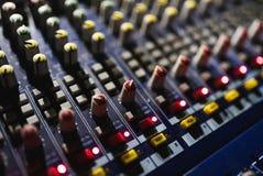 关闭音频搅拌器英尺长度  在音乐会的合理的控制板 免版税图库摄影