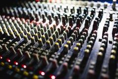 关闭音频搅拌器英尺长度  在音乐会的合理的控制板 免版税库存图片