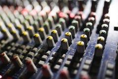 关闭音频搅拌器英尺长度  在音乐会的合理的控制板 库存照片