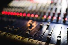 关闭音频搅拌器英尺长度  在音乐会的合理的控制板 库存图片