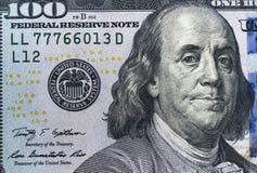 关闭顶上的观点的本杰明・富兰克林面对在100美元票据 美国一百元钞票特写镜头 堆一百 免版税库存图片