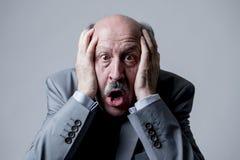 关闭顶头画象秃头60s资深商人惊奇的和害怕的看,好象大差错或灾害在办公室 免版税图库摄影