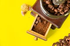 关闭顶视图有选择性的咖啡豆和grinded咖啡豆 免版税库存照片