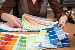 关闭颜色卡片的图象在建筑师书桌上的 图库摄影