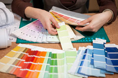 关闭颜色卡片的图象在建筑师书桌上的 库存照片