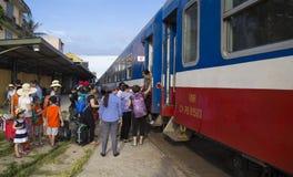 关闭颜色火车站的一位火车传染性的乘客 库存照片