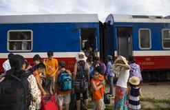 关闭颜色火车站的一位火车传染性的乘客 库存图片