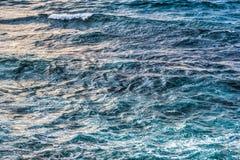 关闭风大浪急的海面在撒丁岛 库存照片