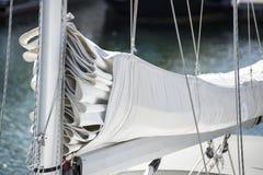 关闭风帆和帆柱滑轮systm的图象在游艇风船的 免版税库存照片