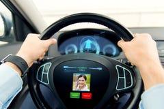 关闭驾驶有进来电话的人汽车 免版税库存图片