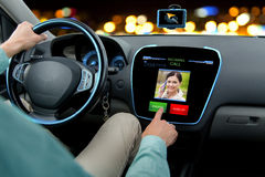 关闭驾驶汽车和接到电话的人 图库摄影