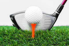 关闭高尔夫球和司机 免版税库存图片