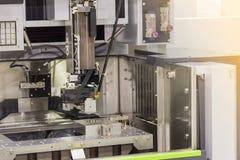 关闭高技术和精确度模子切口由cnc导线裁减机器在工厂 库存图片