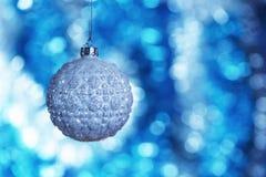 关闭高雅圣诞节与垂悬在与拷贝空间的抽象glitting的背景的发光的强光的装饰球明信片的 免版税库存照片